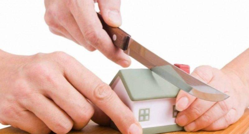 Когда созаемщик по ипотеке на квартиру является супругом, рекомендуется составить брачный договор, и прописать в нем права и обязанности по выплате долга банку при разводе