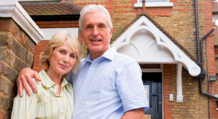 Пенсионерам сложно выполнять возложенные банком обязательства на протяжении длительного срока, поэтому банки не всегда одобряют кредит на квартиру