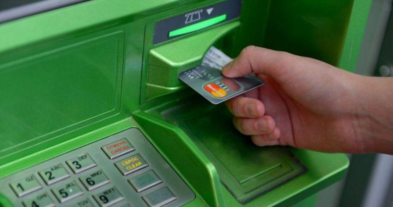 Держателям зарплатной карты банка при оформлении потребительского или ипотечного кредита, автокредита потребуется меньший пакет документов, а также сниженные тарифы на банковские продукты