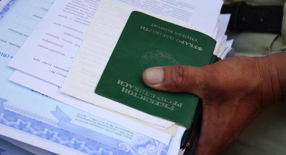 Иностранцу, в отличии от гражданина РФ, через интернет оформить счет не получится. Придется посетить отделение банка.