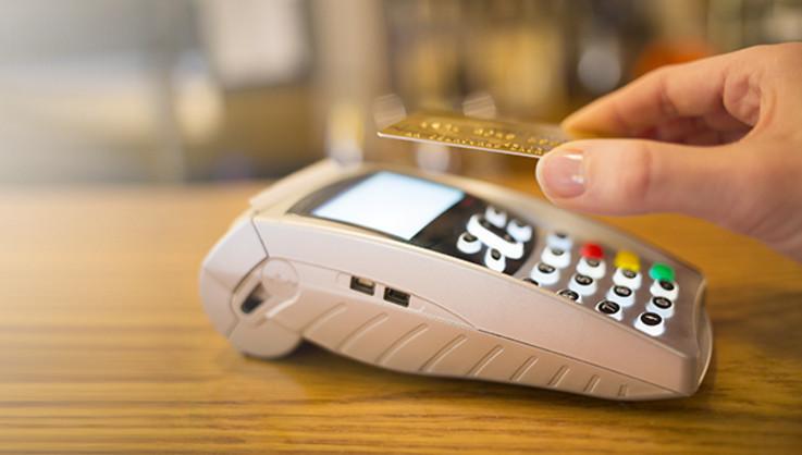 Дебетовые и кредитные золотые карты Виза имеют возможность бесконтактной оплаты PayWave