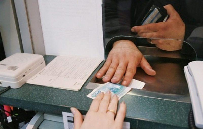 При отправлении денег другому человеку через кассу в отделении банка, необходимо знать полные реквизиты получателя