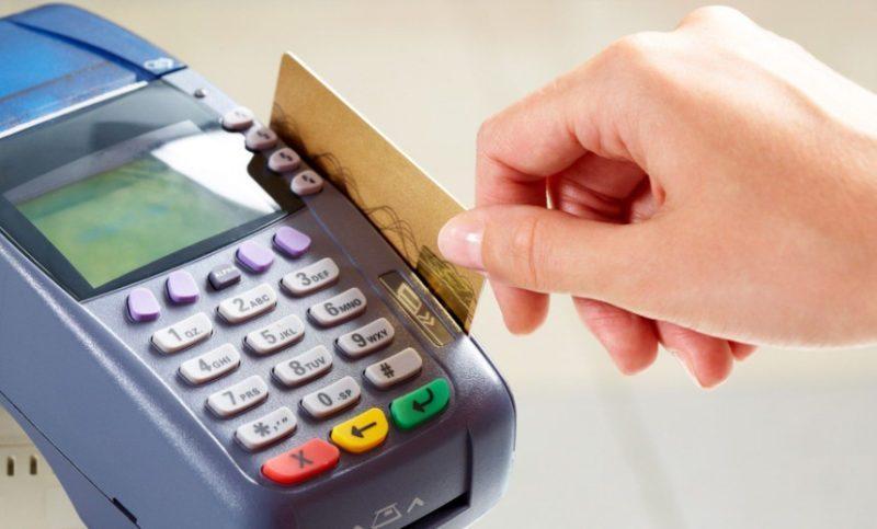В связи с тем, что не все терминалы требуют подтверждения при оплате товаров на кассе безналичным расчетом, владелец карты может не узнать об использовании средств третьи лицом
