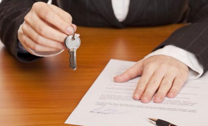Если собственник квартиры не желает расходовать свои деньги на посредников, можно обратиться на прямую в Росреестр с полным пакетом документов, для снятия обременения
