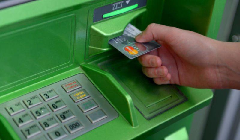 Подключение мобильного номера к пластику через банкомат, будет альтернативой, в случае отсутствия под рукой интернета