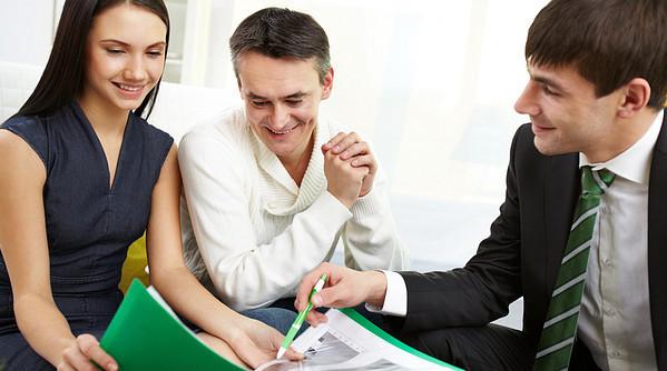 Главное отличие в том, что созаемщик выступает в роли одного из владельцев недвижимости, а поручитель же является гарантом между банком и клиентом
