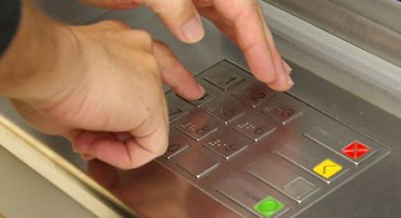 Как и у банковских карт, не стоит забывать о безопасности Социальной карты москвича