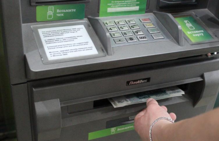 На снятие наличных денежных средств по карте установлен суточный и месячный лимит