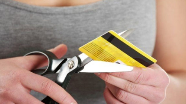 Закончился срок действия карты Сбербанка: что делать, как снять деньги, поменять или получить новую карту в другом городе, если истек срок