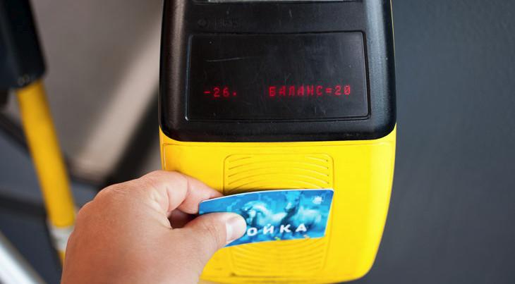 Чтобы использовать свою карту, приложите ее к выделенной области на турникете, и необходимая сумма автоматически спишется на счет перевозчика