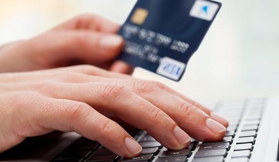 Провести процедуру активации кредитной, дебетовой или зарплатной карты через интернет не предоставляется возможным
