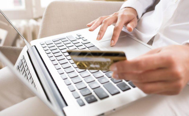 Оплатить налог банковской картой через интернет можно на портале госуслуг, сайте налоговой или через Сбербанк Онлайн