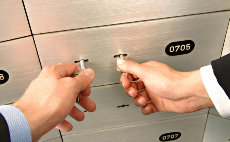 Открыть банковскую ячейку можно только двумя ключами, один из которых хранится в банке, а другой у клиента