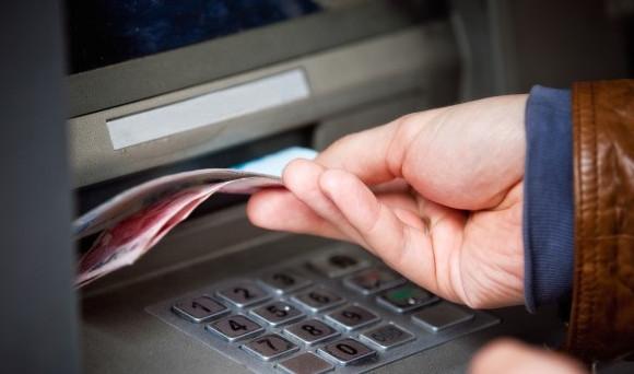 С любой кредитной карты будет взиматься комиссия за снятие наличных в кассах или банкоматах банка
