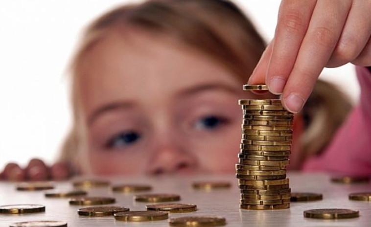 Родители несовершеннолетних детей имеют возможность контролировать и ограничивать траты денежных средств с банковской карты своего ребенка