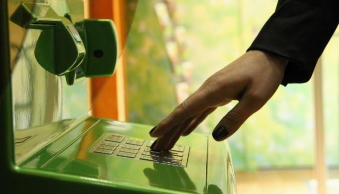 Посмотреть баланс карты через банкомат можно распечатав чек, или же дать команду вывести информацию на экран