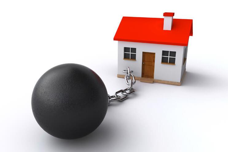 На жилье, находящееся у банка в залоге, будет наложено обременение  и продать ее будет невозможно, до полного погашения ипотеки