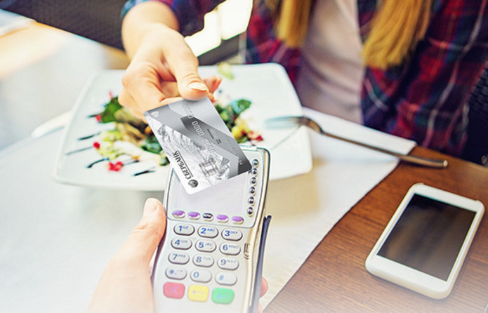 Расплачиваться картами Виза Классик можно используя бесконтактную технологию payWave