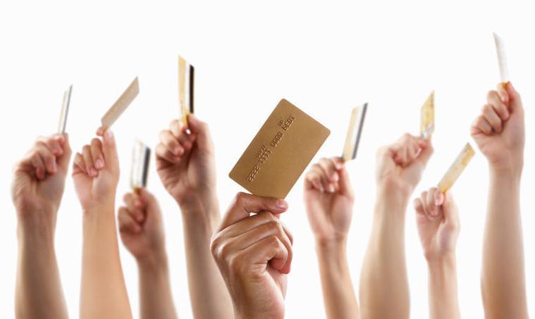 Оформление кредитной карты будет выгодно лишь в том случае, если вы собираетесь пользоваться безналичным расчетом. За снятие денег с карты, взимается комиссия, и не распространяется грейс период.
