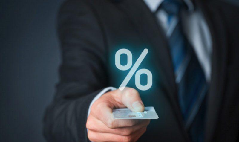 Вместо кэшбэка при оплате товаров и услуг, банк предлагает начисление процентов на остаток средств на счете