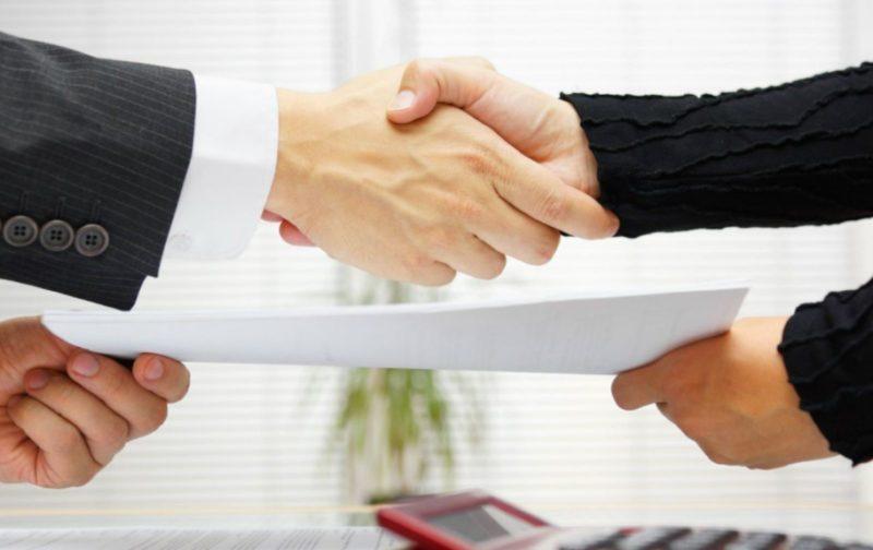 Переоформление кредита на другое лицо возможно только с согласия кредитора, при условии что у нового заемщика положительная кредитная история и стабильный доход