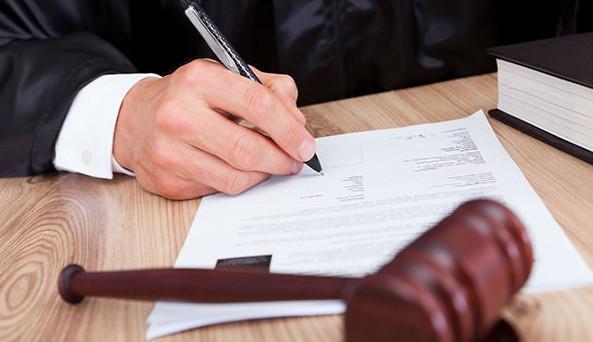 По решению суда, задолженность перед банком может взиматься с должника принудительно, с зарплаты или путем реализации имущества