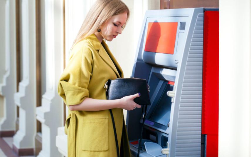 Существенным преимуществом дебетовых карт Бинбанка является возможность снять денежные средства без комиссии в любых банкоматах нашей страны. Месячный лимит устанавливается в зависимости от вида тарифного плана.