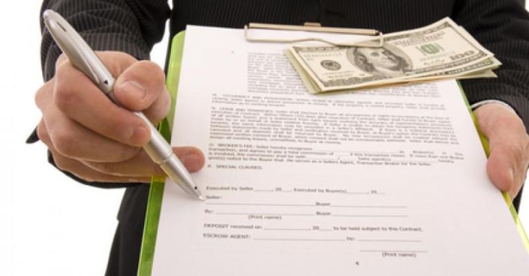 Согласно ГК РФ заверение и регистрация процедуры передачи денег в дар не требуется